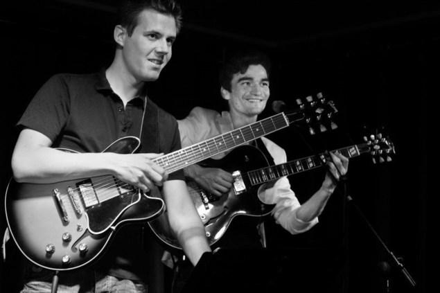 Il forme un duo avec Benjamin Né qui ajoute ses voicings d'accords jazzy et ses solos inspirés.