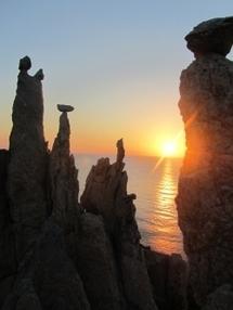 installation en terre-crue et pierres sur les falaises de Porto