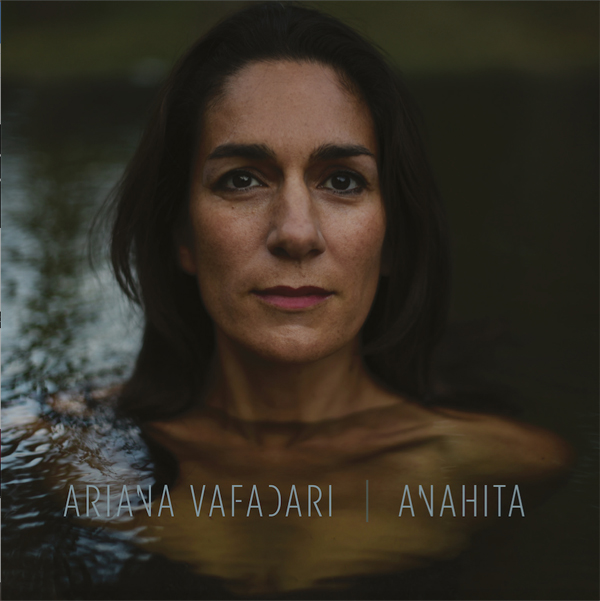 Ariana Vafadari chante les poèmes de Zarathoustra avec l'album Anahita